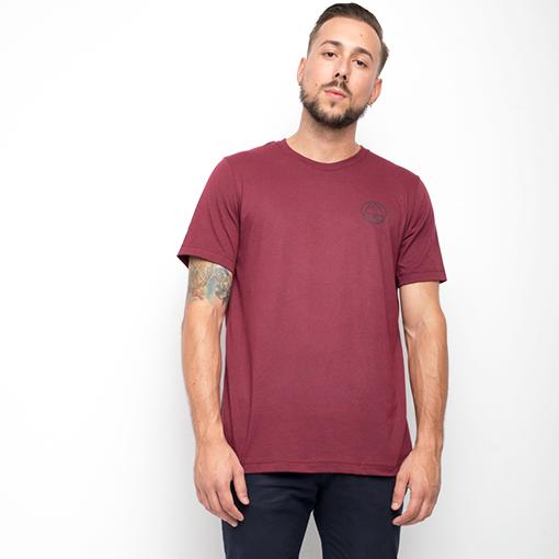 Camiseta mountain color burdeos para hombre con detalle de montaña impreso en vinilo color negro. El tejido va jaspeado